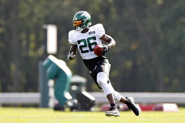 New York Jets running back Le'Veon Bell (26) runs with the ball during a practice at the NFL football team's training camp in Florham Park, N.J., Tuesday, Aug. 25, 2020. (AP Photo/Adam Hunger)
