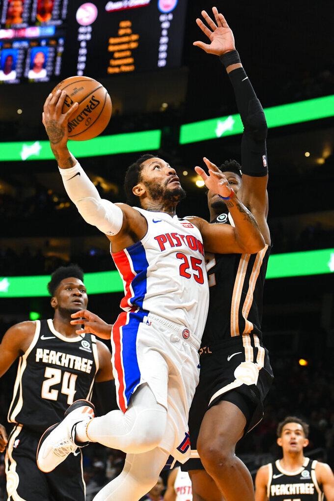 Derrick Rose (25) de los Pistons de Detroit se eleva al aro ante Cam Reddish de los Hawks de Atlanta, el sábado 18 de enero de 2020. (AP Foto/John Amis)