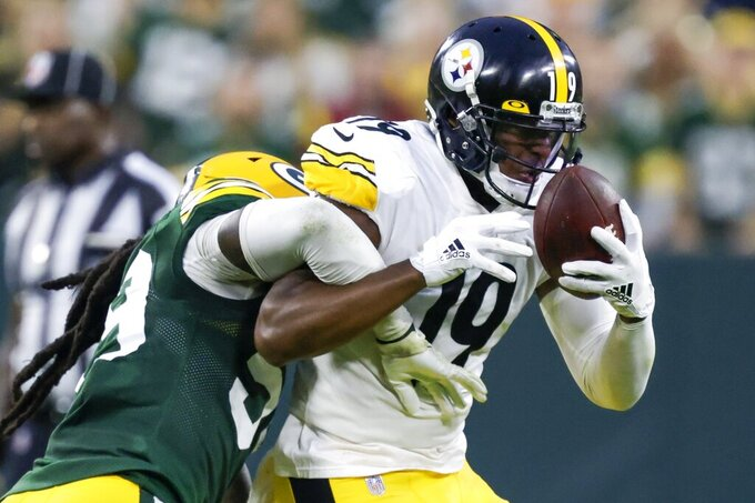 Pittsburgh Steelers' JuJu Smith-Schuster catches a pass with Green Bay Packers' De'Vondre Campbell defending during the second half of an NFL football game Sunday, Oct. 3, 2021, in Green Bay, Wis. (AP Photo/Matt Ludtke)