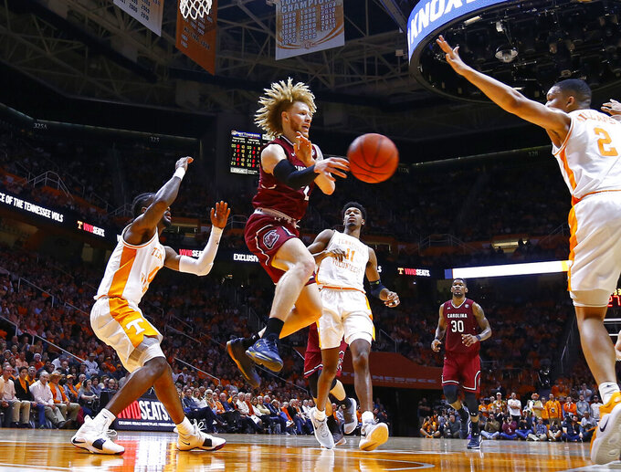 South Carolina guard Hassani Gravett (2) passes the ball as drives the lane during the second half of an NCAA college basketball game against the Tennessee Wednesday, Feb. 13, 2019, in Knoxville, Tenn. Tennessee won 85-73. (AP photo/Wade Payne)