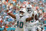 El defensive back Nik Needham (40), de los Dolphins de Miami, festeja con su compañero Sam Eguavoen luego de capturar al quarterback Sam Darnold, de los Jets de Nueva York, en el partido del domingo 3 de noviembre de 2019, en Miami Gardens, Florida. (AP Foto/Wilfredo Lee)