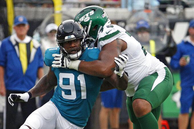 ARCHIVO - En imagen de archivo del 27 de octubre de 2019, el defensive end Yannick Ngakoue (91), de los Jaguars de Jacksonville, trata de vencer al offensive tackle Chuma Edoga, de los Jets de Nueva York, en un duelo de la NFL en Jacksonville, Florida. (AP Foto/Stephen B. Morton, archivo)