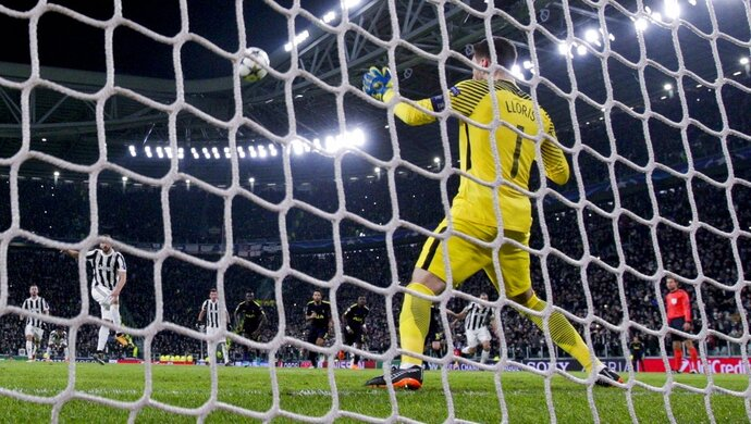 Juventus' Gonzalo Higuain hits the bar on a penalty kick during the Champions League, round of 16, first-leg soccer match between Juventus and Tottenham Hotspurs, at the Allianz Stadium in Turin, Italy, Tuesday, Feb. 13, 2018. (AP Photo/Antonio Calanni)