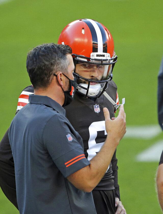 Cleveland Browns head coach Kevin Stefanski, left, talks to quarterback Baker Mayfield before an NFL football scrimmage at FirstEnergy Stadium in Cleveland, Friday, Sept. 4, 2020. (Joshua Gunter/Cleveland.com via AP)