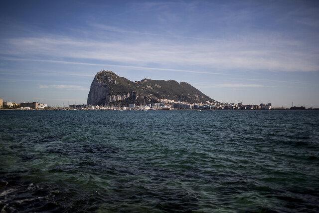 ARCHIVO - En esta fotografía del jueves 17 de octubre de 2019 se muestra Gibraltar desde la vecina ciudad española de La Línea. (AP Foto/Javier Fergo, Archivo)