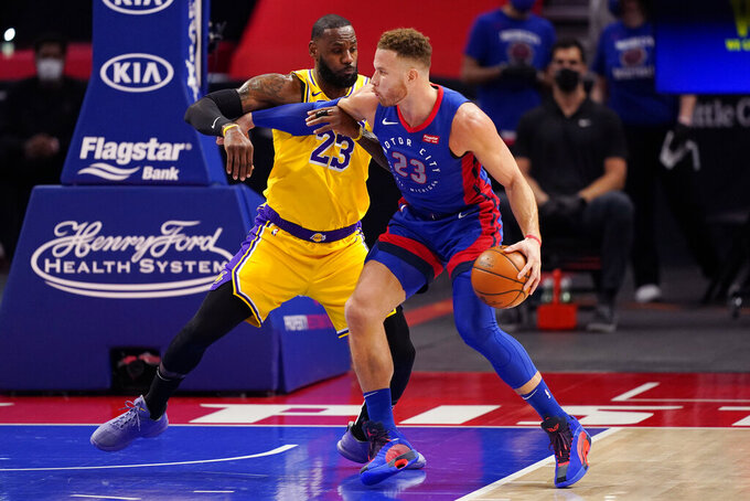 El alero de los Pistons de Detroit Blake Griffin avanza hacia la canasta mientras lo defiende LeBron James de los Lakers de Los Ángeles en el encuentro del jueves 28 de enero del 2021. (AP Photo/Carlos Osorio)