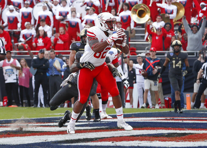 Houston tight end Romello Brooker (82) scores on a catch during the first half of Armed Forces Bowl NCAA college football game against Army, Saturday, Dec. 22, 2018, in Fort Worth, Texas. (AP Photo/Jim Cowsert)
