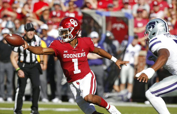 Oklahoma quarterback Kyler Murray (1) tosses the ball in front of Kansas State linebacker Da'Quan Patton (5) in the first half of an NCAA college football game in Norman, Okla., Saturday, Oct. 27, 2018. (AP Photo/Sue Ogrocki)