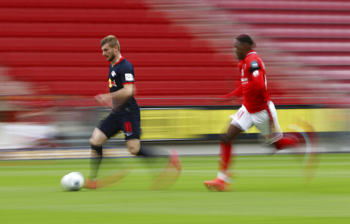 Leipzig's Timo Werner in action with 1.FSV Mainz 05's Moussa Niakhate during a German Bundesliga soccer match between FSV Mainz 05 and RB Leipzig in Mainz, Germany, Sunday, May 24, 2020.  (Kai Pfaffenbach/pool via AP)