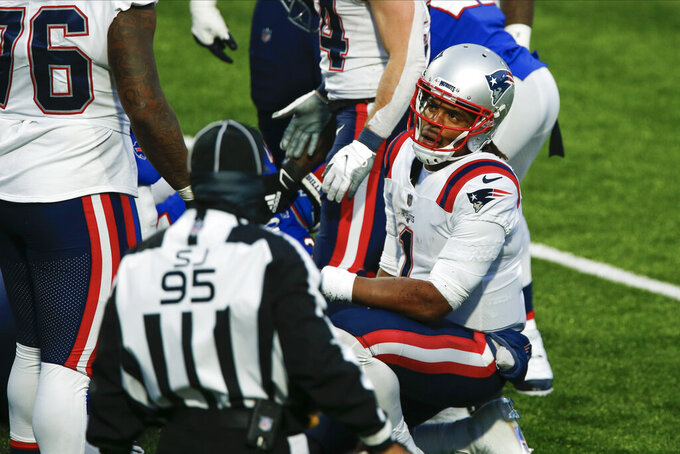 El quarterback Cam Newton (1) de los Patriots de Nueva Inglaterra tras perder el balón en la última ofensiva del partido contra los Bills de Buffalo, el domingo 1 de noviembre de 2020. (AP Foto/John Munson)