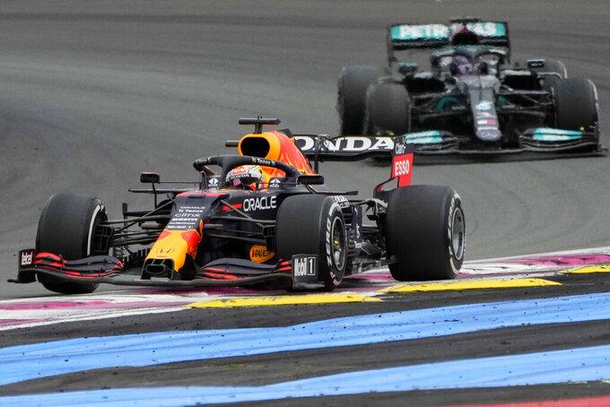 Max Verstappen de Red Bull frente a Lewis Hamilton de Mercedes durante el Gran Premio de Francia, en el circuito de Le Castellet, el domingo 20 de junio de 2021. (AP Foto/Francois Mori)