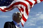 ARCHIVO - Foto de archivo, 3 de noviembre de 2008, del entonces candidato presidencial republicano John McCain en un acto de campaña en Tampa, Florida. (AP Foto/Carolyn Kaster)