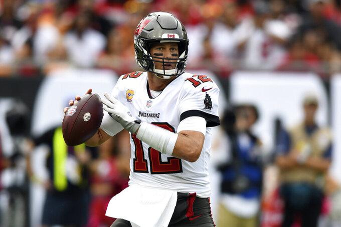 El quarterback Tom Brady, de los Buccaneers de Tampa Bay, se prepara para lanzar el 600mo pase de touchdown de su carrera, en partido frente a los Bears de Chicago, el domingo 24 de octubre de 2021, en Tampa, Florida. (AP Foto/Jason Behnken)