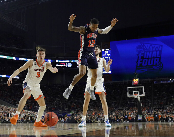 CORRECTS IDS ON BOTH NAMED PLAYERS - Virginia's Kyle Guy (5) and Auburn's J'Von McCormick (12) watch the ball during the second half of a semifinal of the Final Four in the NCAA college basketball tournament Saturday, April 6, 2019, in Minneapolis. (AP Photo/Jeff Roberson)