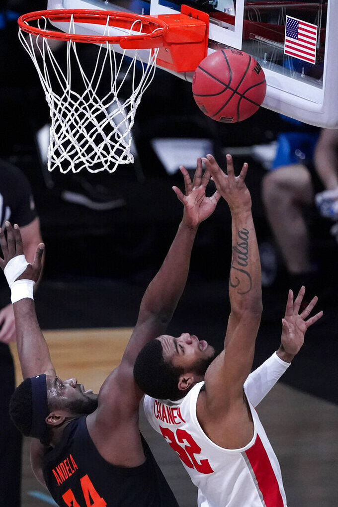 Houston forward Reggie Chaney (32) shoots ahead of Oregon State forward Rodrigue Andela, left, during the first half of an Elite 8 game in the NCAA men's college basketball tournament at Lucas Oil Stadium, Monday, March 29, 2021, in Indianapolis. (AP Photo/Darron Cummings)