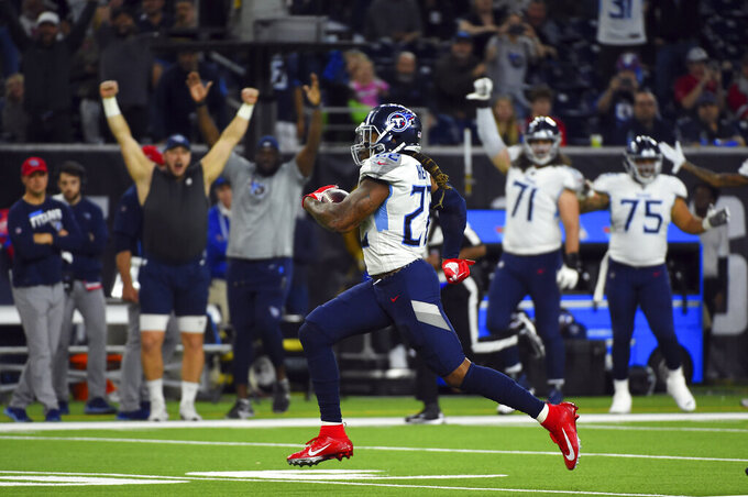 El corredor de los Titans de Tennessee Derrick Henry corre para un touchdown de 53 yardas en el triunfo ante los Texans de Houston con el que aseguran su boleto a la postemporada el domingo 29 de diciembre del 2019. (AP Photo/Eric Christian Smith)