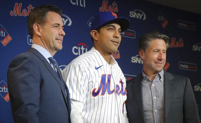El nuevo manager de los Mets de Nueva York Luis Rojas (centro) posa con el gerente general Brodie Van Wagenen (izquierda) y el dueño Jeff Wilpon al ser presentado en una rueda de prensa, el viernes 24 de enero de 2020. (AP Foto/Bebeto Matthews)