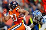 Lindsay Phillip, corredor de los Broncos de Denver, se escapa de Jalen Reeves-Maybin, de los Lions de Detroit, para anotar en el encuentro del domingo 22 de diciembre de 2019 (AP Foto/David Zalubowski)