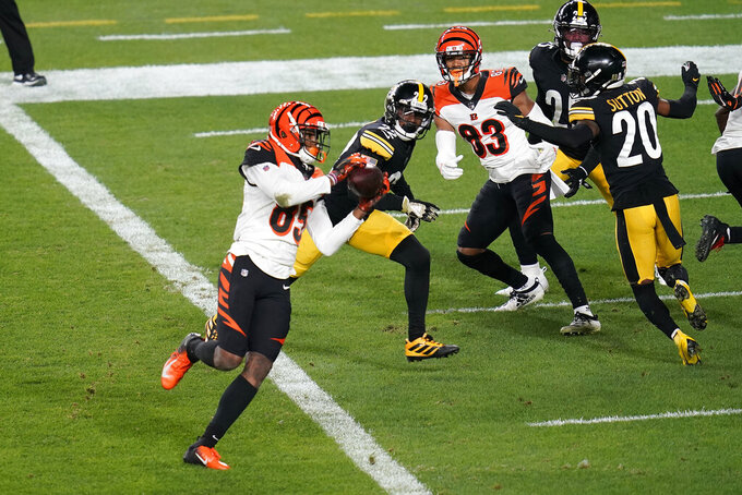 Cincinnati Bengals wide receiver Tee Higgins (85) takes a 2o-yard touchdown pass from quarterback Joe Burrow during the first half of an NFL football game against the Pittsburgh Steelers, Sunday, Nov. 15, 2020, in Pittsburgh. (AP Photo/Keith Srakocic)