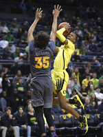 Oregon's Louis King, right, shoots over Arizona State's Taeshon Cherry during the second half of an NCAA college basketball game Thursday, Feb. 28, 2019, in Eugene, Ore. (AP Photo/Chris Pietsch)