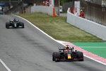 Max Verstappen de Red Bull saca ventaja sobre Lewis Hamilton de Mercedes durante el Gran Premio de España en el circuito de Montmeló, el domingo 9 de mayo de 2021. (AP Foto/Emilio Morenatti)