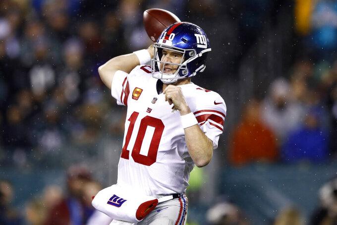 El quarterback de los Giants de Nueva York Eli Manning en la derrota ante los Eagles de Filadelfia el lunes 9 de diciembre del 2019. Manning podría haber sido titular por última ocasión con los Giants. (AP Photo/Matt Rourke)