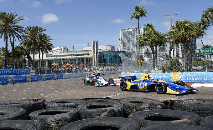 ARCHIVO - En esta foto del 11 de marzo del 2018, Alexander Rossi (27) y Marco Andretti (98)  conducen sus autos en el Gran Premio de IndyCar de St. Petersburg, Florida. NASCAR e IndyCar aplazaron sus careras del fin de semana debido al brote de coronavirus, se informó el viernes, 13 de marzo del 2020. (AP Foto/Jason Behnken)