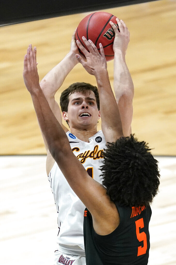 Loyola Chicago guard Braden Norris shoots over Oregon State guard Ethan Thompson (5) during the second half of a Sweet 16 game in the NCAA men's college basketball tournament at Bankers Life Fieldhouse, Saturday, March 27, 2021, in Indianapolis. (AP Photo/Darron Cummings)