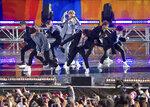 En esta foto del 15 de mayo del 2019, el grupo de K-pop BTS actúa en