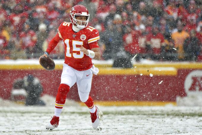El quarterback Patrick Mahomes (15), de los Chiefs de Kansas City, corre con el balón en el partido ante los Broncos de Denver, el domingo 15 de diciembre de 2019, en Kansas City, Missouri. (AP Foto/Ed Zurga)