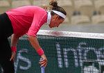 Victoria Azarenka tras fallar un disparo en el partido contra Anna Karolina Schmiedlova por la segunda ronda del Abierto de Francia, el miércoles 30 de septiembre de 2020, en París. (AP Foto/Michel Euler)