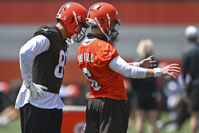 Cleveland Browns quarterback Baker Mayfield, right, talks with tight end Austin Hooper during an NFL football practice at the team training facility, Tuesday, June 15, 2021 in Berea, Ohio. (AP Photo/David Dermer)