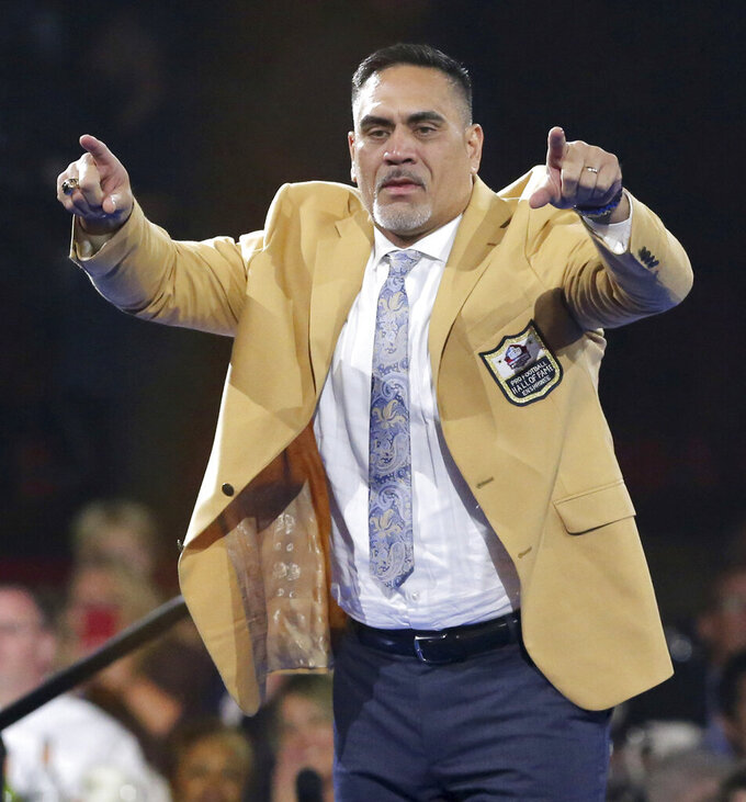 Kevin Mawae, a member of the Pro Football Hall of Fame Class of 2019, waves to the crowd during the gold jacket dinner in Canton, Ohio, Friday, Aug. 2, 2019. (Scott Heckel/The Canton Repository via AP)