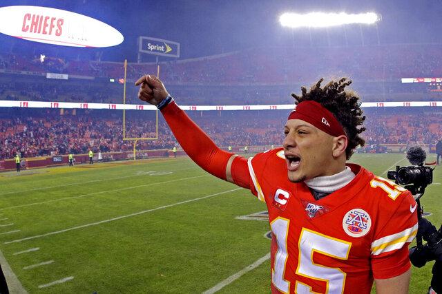 El quarterback de los Chiefs de Kansas City, Patrick Mahomes, festeja la victoria sobre los Texans de Houston, en el encuentro divisional de playoffs, disputado el domingo 12 de enero de 2020  (AP Foto/Charlie Riedel)
