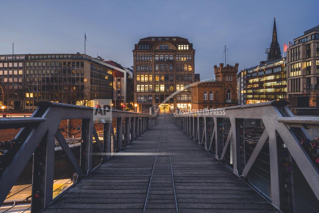 Germany, Hamburg, Kehrwiedersteg footbridge in Speicherstadt