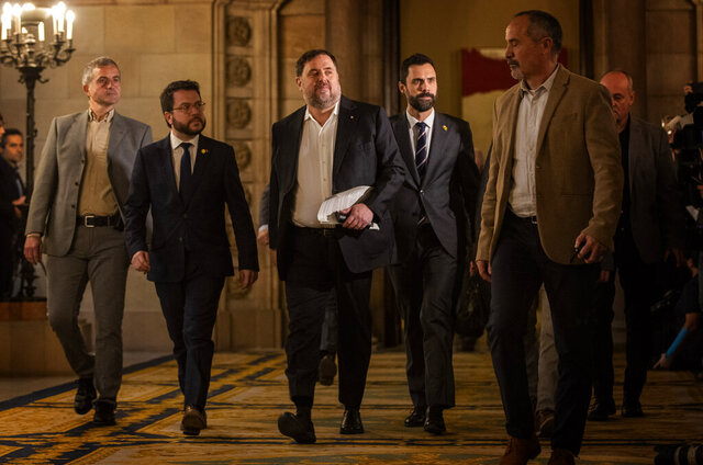 Catalan politician Oriol Junqueras, centre, arrives at the Parliament of Catalonia in Barcelona, Spain, Tuesday, Jan. 28, 2020. The imprisoned leader of the Catalan separatist ERC party Oriol Junqueras and five other former regional Cabinet members who pushed ahead with an illegal independence declaration for Catalonia in 2017 are brought out of prison for the first time to testify at a regional parliamentary committee. (AP Photo/Emilio Morenatti)