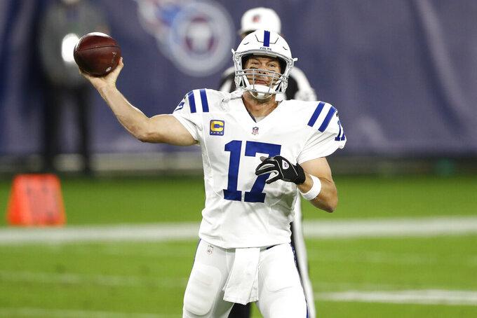 Philip Rivers, quarterback de los Colts de Indianápolis, envía un pase en el duelo ante los Titans de Tennessee, el jueves 12 de noviembre de 2020, en Nashville (AP Foto/Wade Payne)