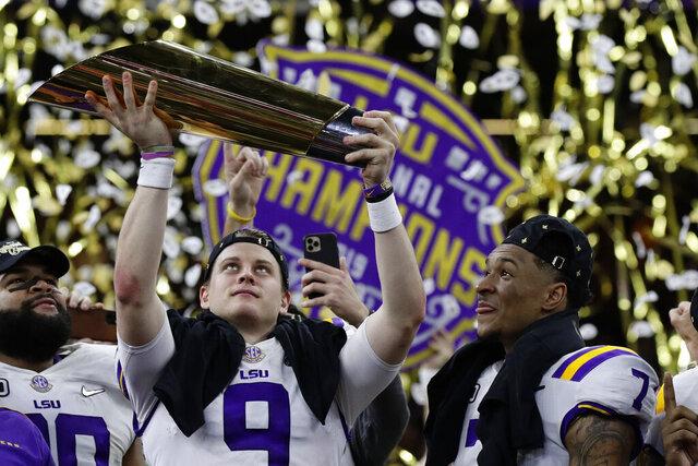 Joe Burrow, quarterback de LSU, levanta el trofeo tras conquistar el campeonato nacional en el fútbol americano colegial, el lunes 13 de enero de 2020, con un triunfo sobre Clemson en Nueva Orleáns (AP Foto/Sue Ogrocki)