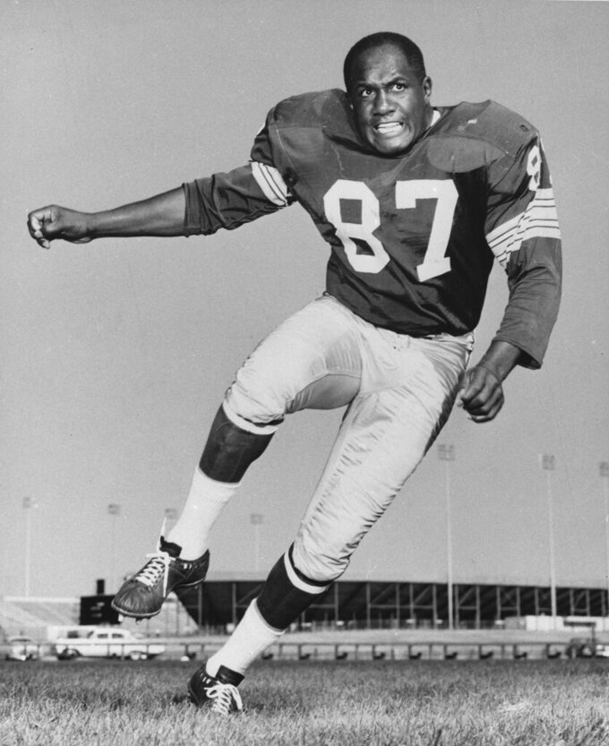 FILE - This is a 1963 file photo showing Green Bay Packers defensive end Willie Davis. Willie Davis, a Pro Football Hall of Fame defensive lineman who helped the Green Bay Packers win each of the first two Super Bowls, has died. He was 85. The Packers confirmed Davis' death to the Pro Football Hall of Fame on Wednesday, April 15, 2020. (AP Photo)