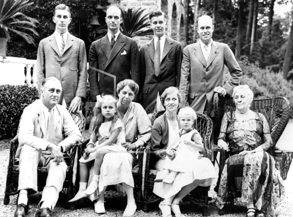 Watchf AP A   USA APHS85040 FDR And Family 1932