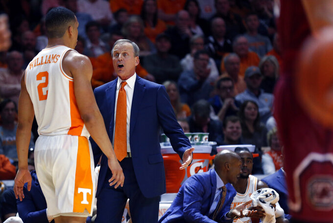 Tennessee head coach Rick Barnes talks to forward Grant Williams (2) during the second half of an NCAA college basketball game against the South Carolina Wednesday, Feb. 13, 2019, in Knoxville, Tenn. Tennessee won 85-73. (AP photo/Wade Payne)