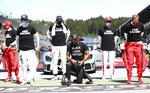 El piloto de Mercedes Lewis Hamilton (centro) se arrodilla en respaldo del movimiento Black Lives Matter previo al Gran Premio de Austria en Spielberg, Austria, el domingo 5 de julio de 2020. (Dan Istitene/Pool vía AP)