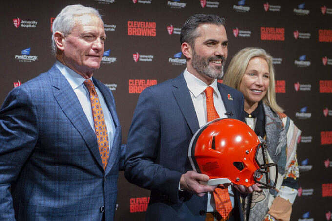 Jimmy, left, and Dee Haslam owners of the NFL Cleveland Browns stands with new head coach Kevin Stefanski after a news conference at FirstEnergy Stadium in Cleveland, Tuesday, Jan. 14, 2020. (AP Photo/Phil Long)