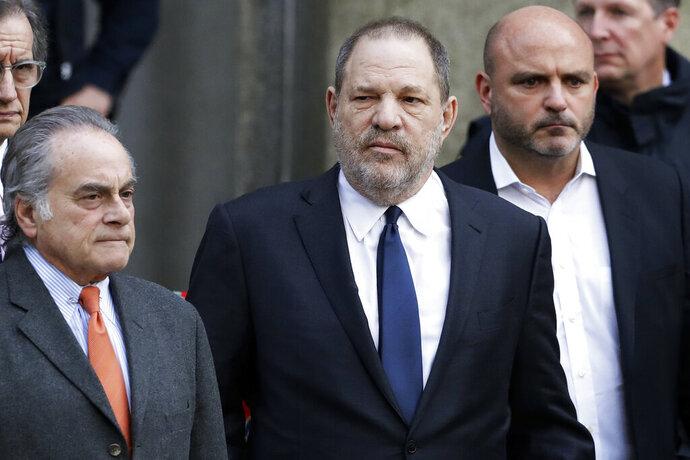 En esta foto del 20 de diciembre del l2018, Harvey Weinstein, en el centro, sale de la Corte Suprema de Nueva York con su abogado Benjamin Brafman, a la izquierda, en Nueva York. (AP Foto/Mark Lennihan, Archivo)