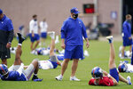 New York Giants head coach Joe Judge talks to his quarterbacks during a practice at the NFL football team's training camp in East Rutherford, N.J., Wednesday, Aug. 19, 2020. The Giants open their season on Sept. 14 against the Pittsburgh Steelers.(AP Photo/Seth Wenig)