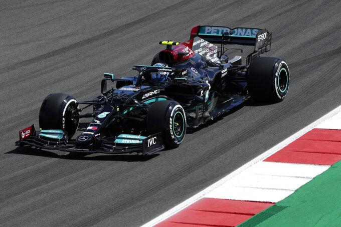 El piloto finlandés Valtteri Bottas conduce su Mercedes durante la primera sesión de práctica para el Gran Premio de Portugal de la Fórmula uno, en el Circuito Internacional Algarve cerca de Portimao, Portugal, el viernes 30 de abril de 2021. (AP Foto/Manu Fernández)