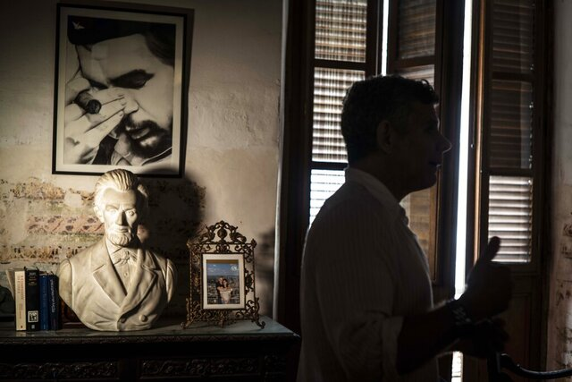 A framed image of Argentine-born Cuban Revolutionary hero Ernesto