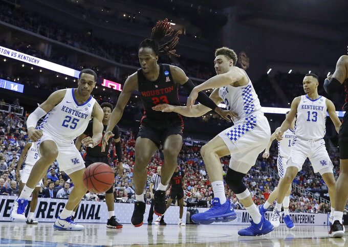 Houston's Cedrick Alley Jr. (23) chases a loose ball between Kentucky's PJ Washington (25) and Reid Travis as Kentucky's Jemarl Baker Jr. (13) watches during the first half of a men's NCAA tournament college basketball Midwest Regional semifinal game Friday, March 29, 2019, in Kansas City, Mo. (AP Photo/Charlie Riedel)
