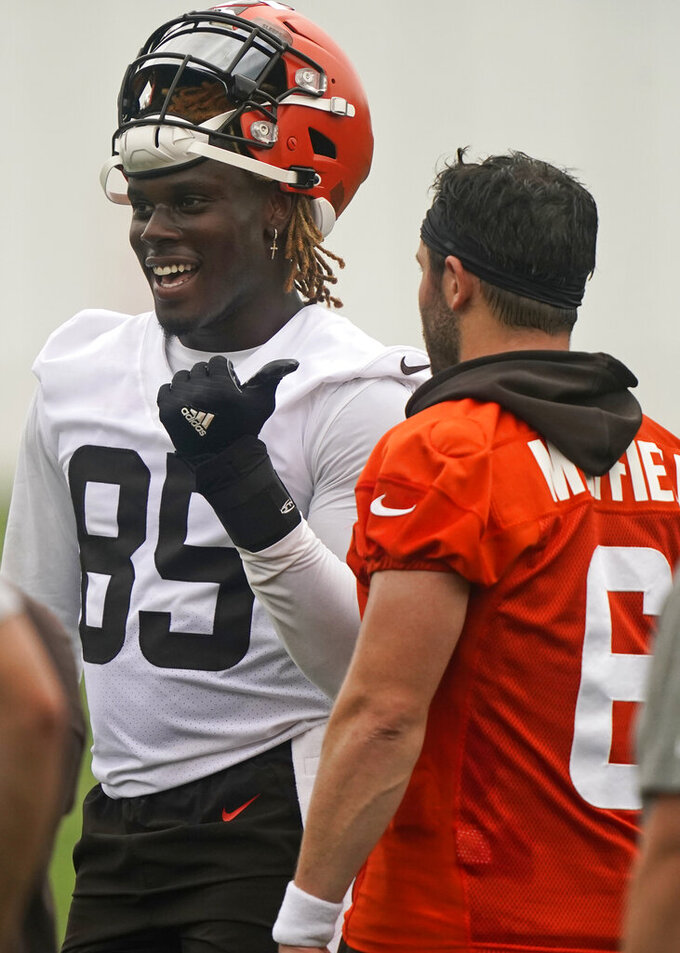 Cleveland Browns tight end David Njoku, left, talks with quarterback Baker Mayfield during an NFL football practice, Thursday, July 29, 2021, in Berea, Ohio. (AP Photo/Tony Dejak)