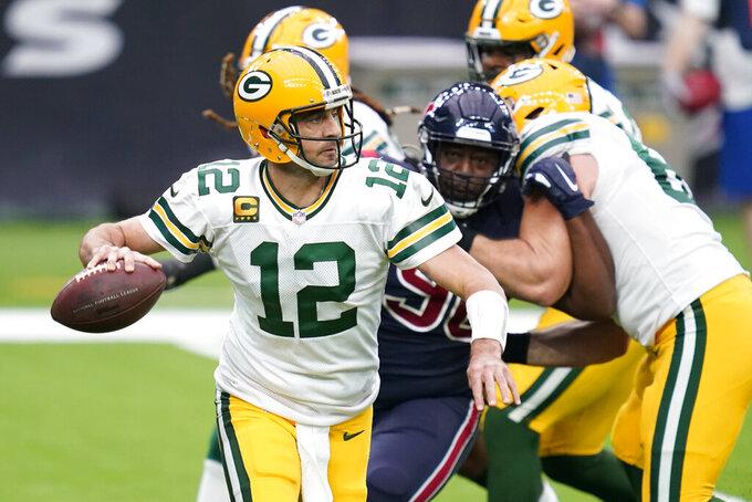 El quarterback de los Packers de Green Bay Aaron Rodgers lanza el balón en el juego ante los Texans de Houston el domingo 25 de octubre del 2020. (AP Photo/Sam Craft)